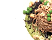 Tagliolini, trota salmonata, petit pois, fava di tonka e crostini al nero di seppia